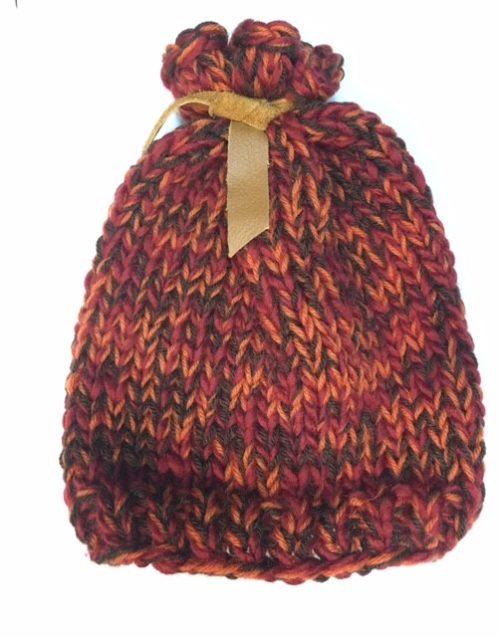 bonnet tricoté par ManuH. exposé à la boutique du LAC à Etoy