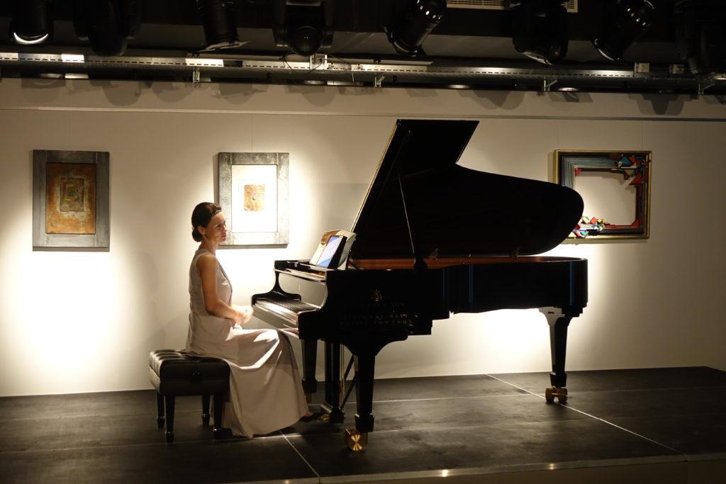 La pianiste joue à l'occasion d'un séminaire aux Ateliers de la Côte à Etoy
