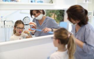 Hygiéniste dentaire Alexandra Reynaud aux Ateliers de la Côte situé à Etoy à 5 minutes à pied de la gare et 8 minutes en voiture de l'autoroute. Parking gratuit