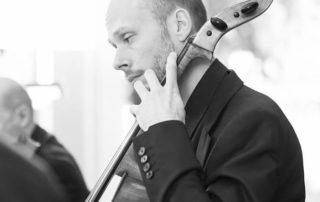 Mathieu Rouquié violoncelliste installé aux Ateliers de la Côte à Etoy.