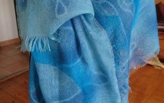 Jeanne-Hélène Zurflüh, propose de nombreuses réalisations: foulards, écharpes et tableaux fait à partir de déchets de soie.