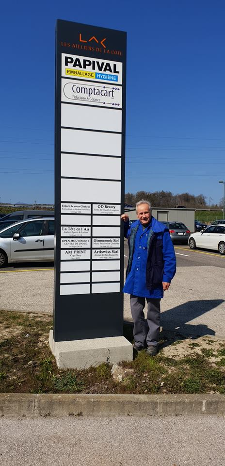 Totem publicitaire aux Ateliers de la Côte à Etoy. Centre culturel avec un parking gratuit, à 8 minutes des axes autoroutiers et 5 minutes à pied de la gare