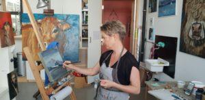 Nancy Etienne artiste peintre aux Ateliers de la Côte à Etoy. Centre culturel artistique à Etoy. Parking gratuit à 5 minutes à pied de la gare et 8 minutes en voiture des axes autoroutiers
